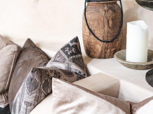coussins decoratifs avec une bougie et un vase