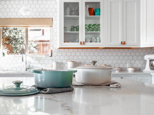 deux casseroles en fonte sur comptoir de cuisine
