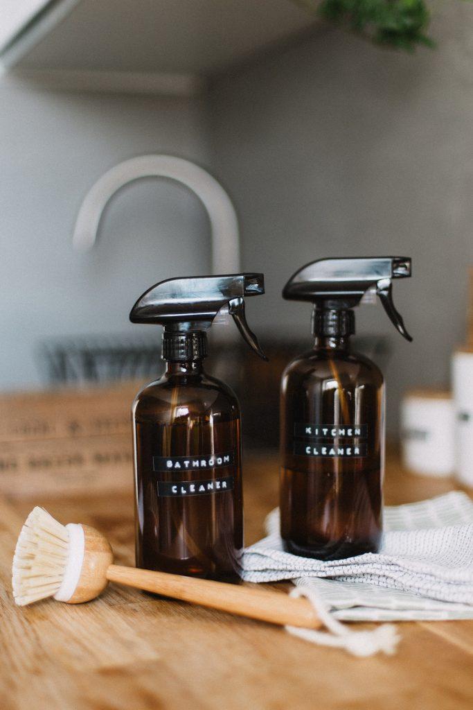 bouteille de nettoyant pour la salle de bain et cuisine