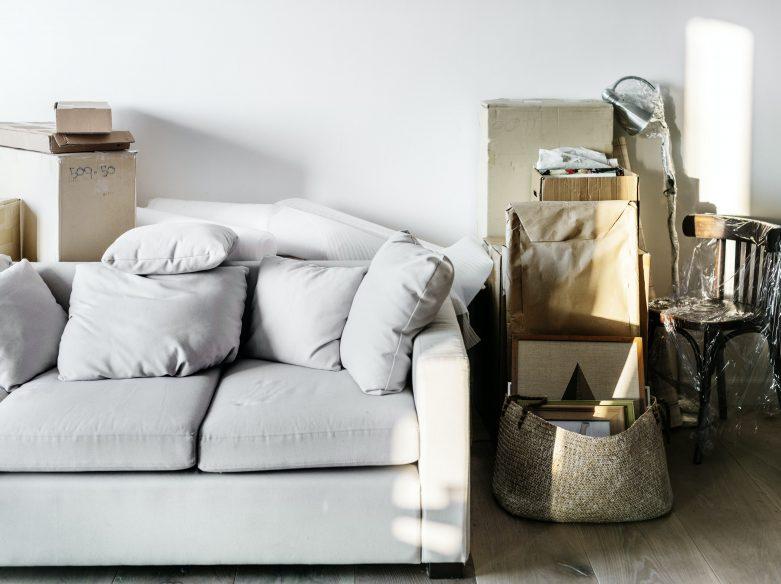 sofa et boites de déménagement