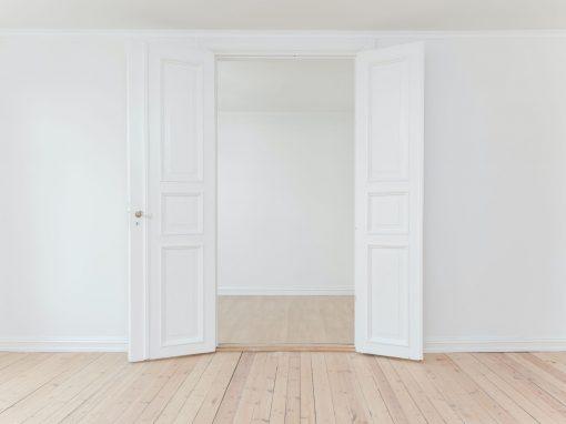deux portes blanches ouvertes