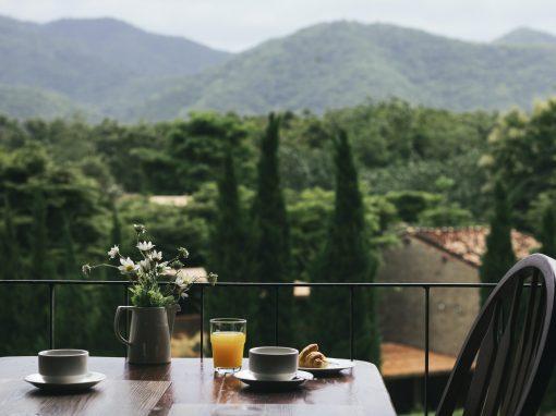 Table en bois sur balcon avec vue sur la nature