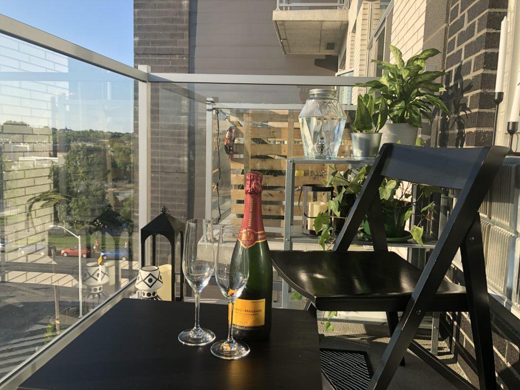 balcon avec verres de champagne