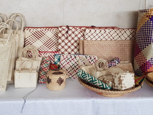 table avec plusieurs sacs en raphia