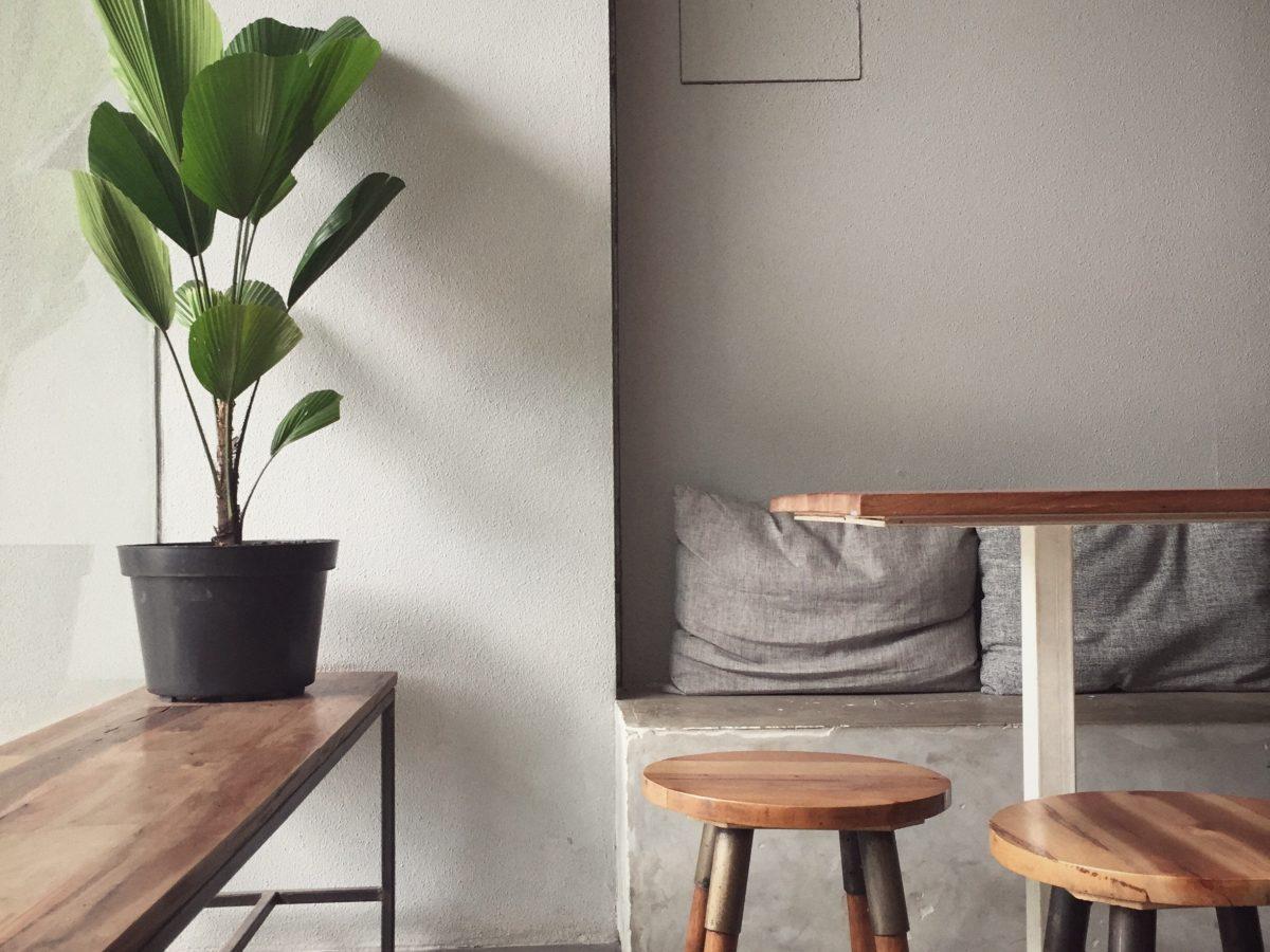 banc et tabourets en bois dans une chambre cosy