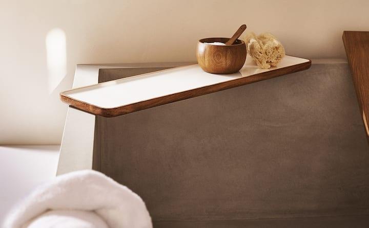 plateau en bois place sur le bords du bain
